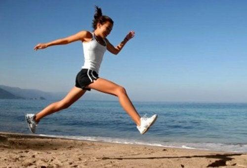 Mulher se exercitando na praia