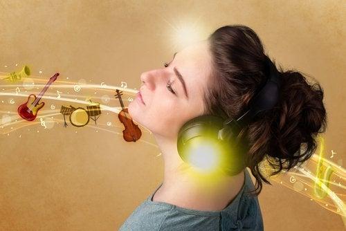 Moça ouvindo música alegre
