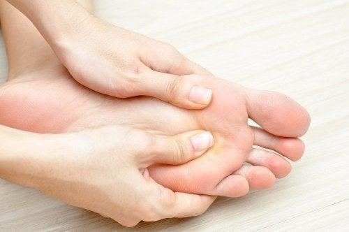 O uso tópico da arnica ajuda a liviar os pés cansados