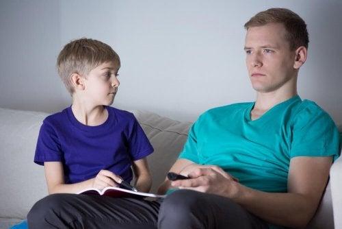 Pai ausente assistindo TV