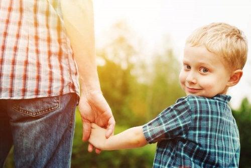 Filho carinhoso dando a mão para sua mãe