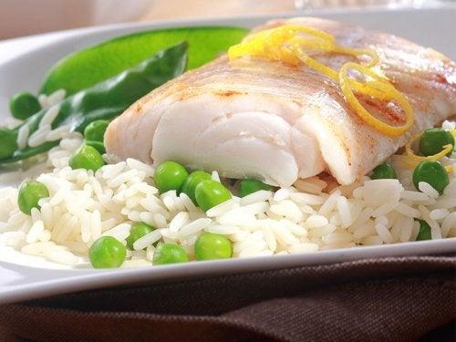 Peixe com arroz e ervilhas