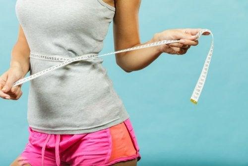 Mulher perdendo medidas na cintura