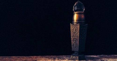 Frascos de perfumes velhos podem servir para decorar sala de estar