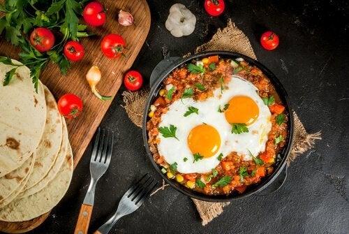 Ovos mexidos com carne e tomate