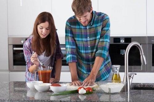 Casal preparando uma alimentação balanceada