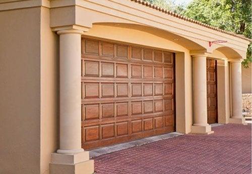 Porta de garagem de madeira