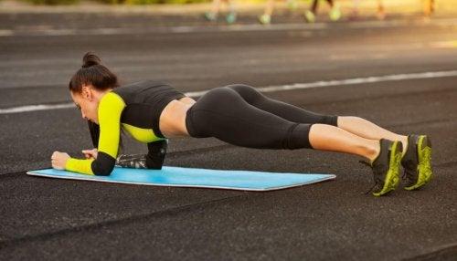 Mulher praticando exercícios abdominais