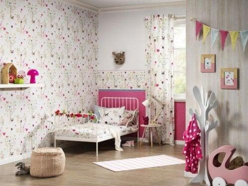 Papel de parede no quarto das crianças
