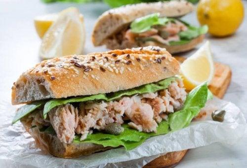 Sanduíche de atum e pão com sementes