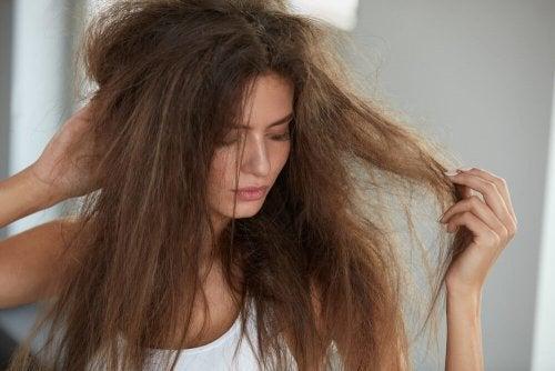 Mulher com cabelos encrespados