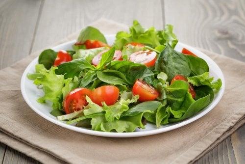Salada em prato pequeno