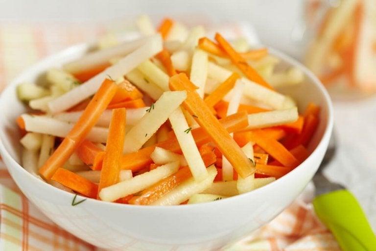 Cinco receitas de saladas detox para limpar o cólon