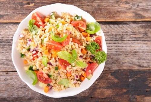 Salada com quinoa e legumes