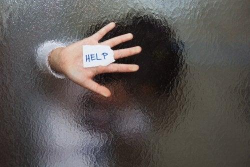 Mãe pedindo ajuda para tratar a solidão