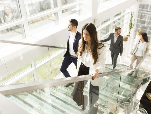 Pessoas subindo escadas no trabalho