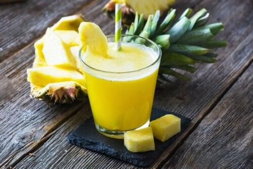 Suco verde de abacaxi e aipo