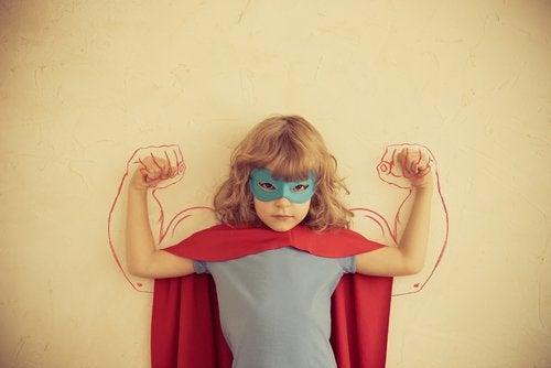 Criança superdotada mostrando sua força