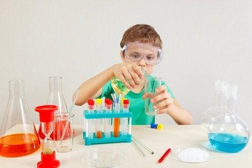 Criança superdotada fazendo experimente de química