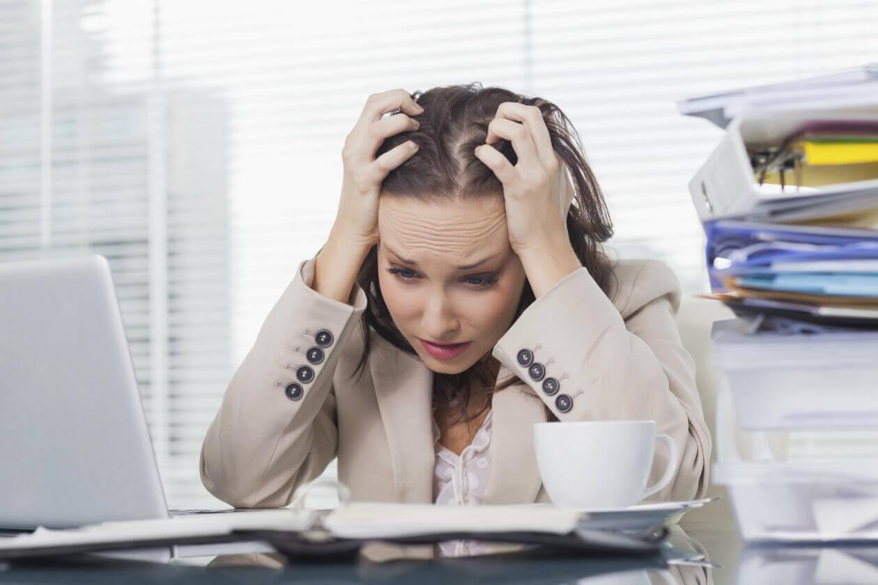 Mulher estressada precisando de pausas ativas