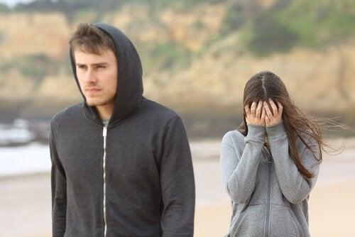 Muler triste porque seu parceiro foi infiel