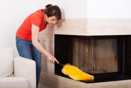 Mulher limpando a casa