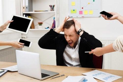 Homem experimentando os efeitos negativos do estresse no trabalho
