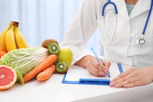 Médico recomendando alimentação saudável