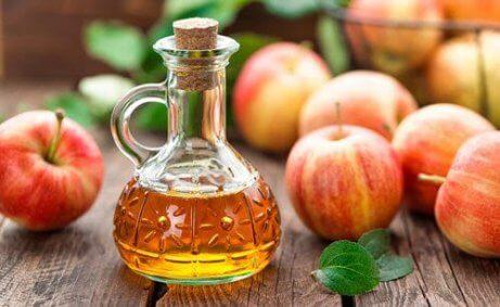 Infusão de vinagre de maçã e gengibre para aliviar a faringite