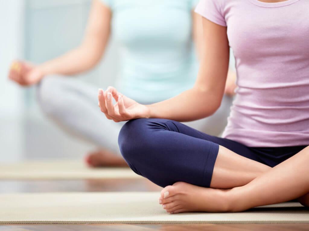 Pessoas fazendo ioga