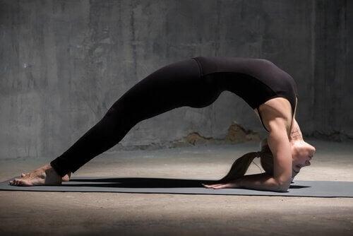 4 posturas de ioga para recarregar as energias