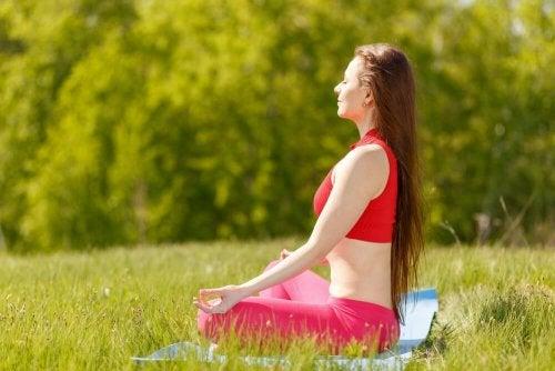 7 posturas da ioga para a felicidade