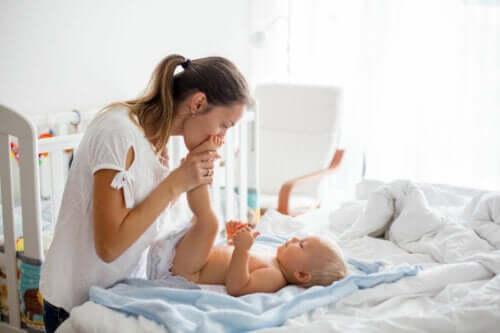 É aconselhável acordar o bebê para trocar a fralda?