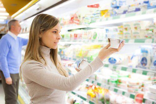 Mulher escolhendo iogurte sem açúcar