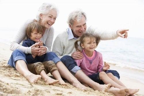 Avós com netos na praia
