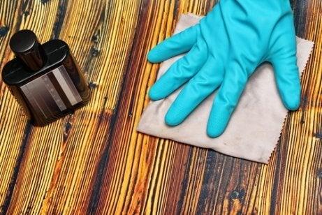 5 truques para disfarçar arranhões na madeira