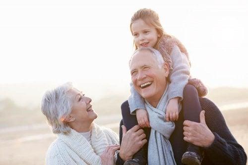 Avós desfrutando de sua neta