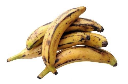 Bolinhos recheados com queijo e banana madura
