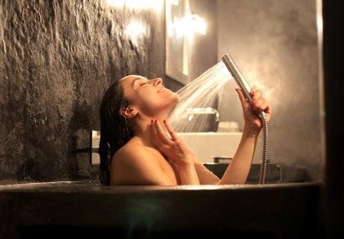 Mulher tomando banho de spa em casa