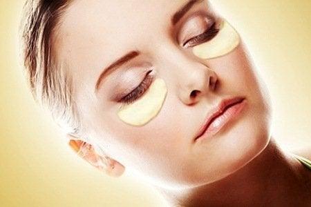 Colocar batata nos olhos ajuda a aliviar os olhos cansados