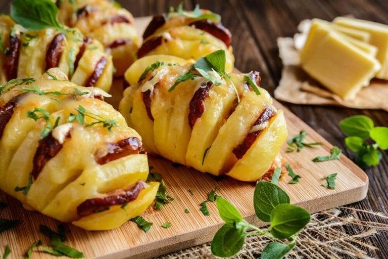 Deliciosas batatas recheadas com chouriço e queijo