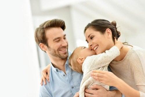 Pais com seu filho bebê