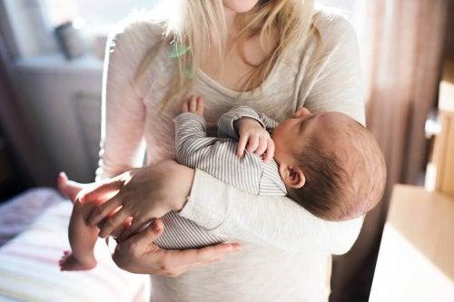 Mãe segurando seu bebê no colo