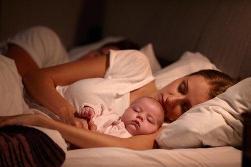 Mãe dormindo com seu bebê