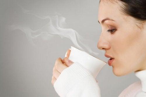 Beber infusões com folhas de chá ajuda a combater o câncer de pulmão