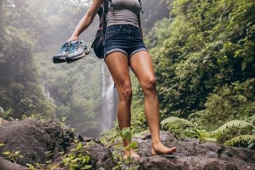 Mulher andando descalça na natureza