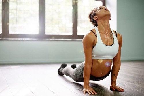 Postura de ioga que serve para recarregar energias