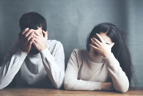 Casal devastado por ter sofrido um aborto espontâneo