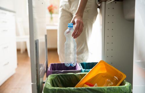 5 ideias para fazer cestos reciclados para o lixo