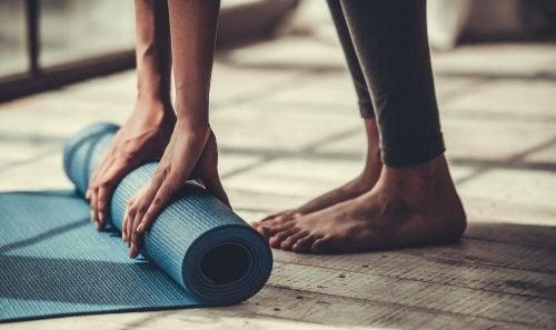 5 posturas de ioga para quem não é muito flexível
